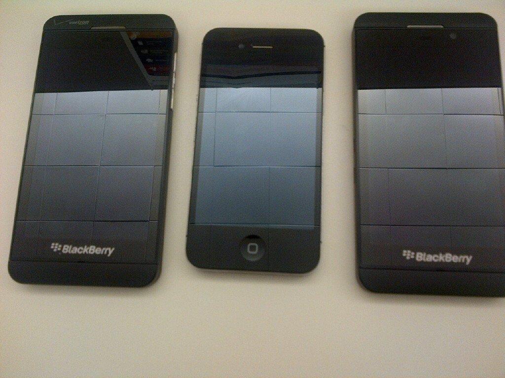 Fotos zeigen BlackBerry Z10 im Vergleich mit dem Apple iPhone 4S