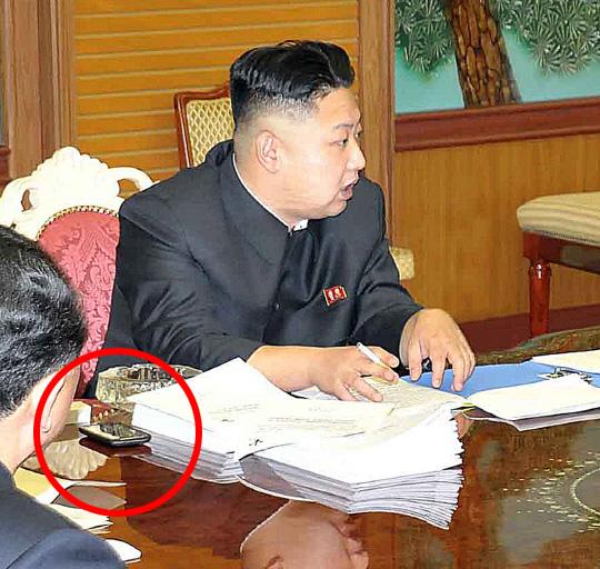Nordkoreas Diktator Kim Jong-Un benutzt ein HTC Desire Smartphone
