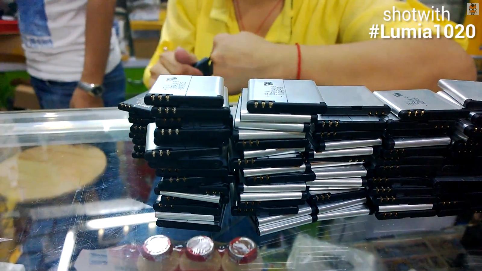 stapelweise gefälschte Akkus in einer Mall in Shenzhen
