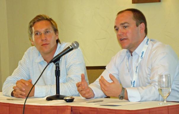 Tim Schumacher und Jeremiah Johnston auf dem Podium bei einer Presseveranstaltung
