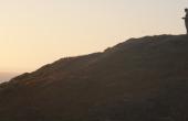 Drohne an einem Hang an der kalifornischen Küste und das Kamera-Team