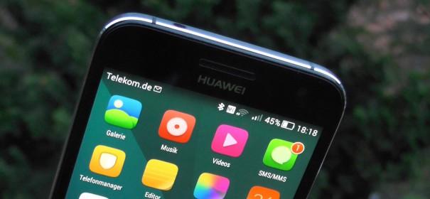 Oberer Teil des Screens des Huawei Ascend G7 zeigt einen Homescreen mit abgelegten Icons. Die Notificationbar ist voll transparent.
