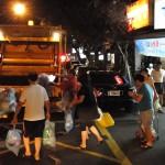 Taipeh: Anwohner werfen Beutel in Müllwagen