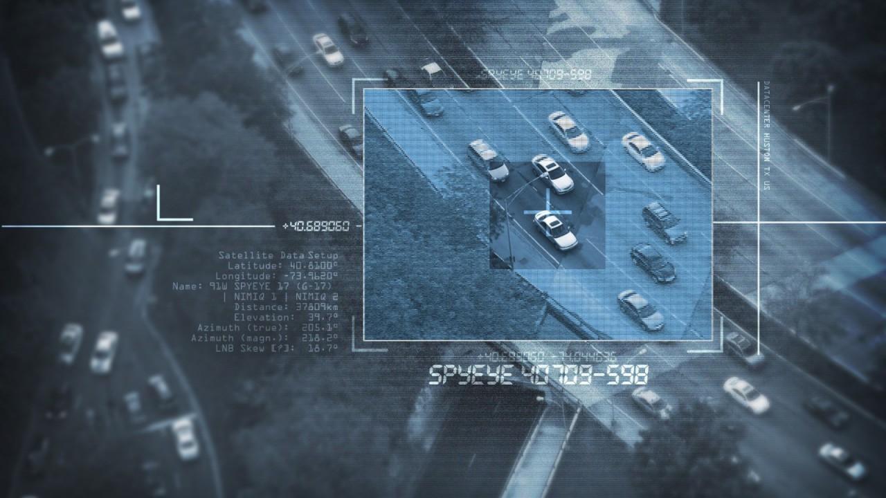 Autos auf einem Highway im Fadenkreuz