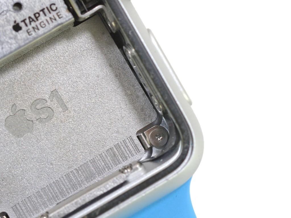 Apple Watch geöffnet, Blick auf die winzige Schraube
