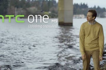 Mann spaziert am Flussufer, HTC One M9-Schriftzug eingeblendet