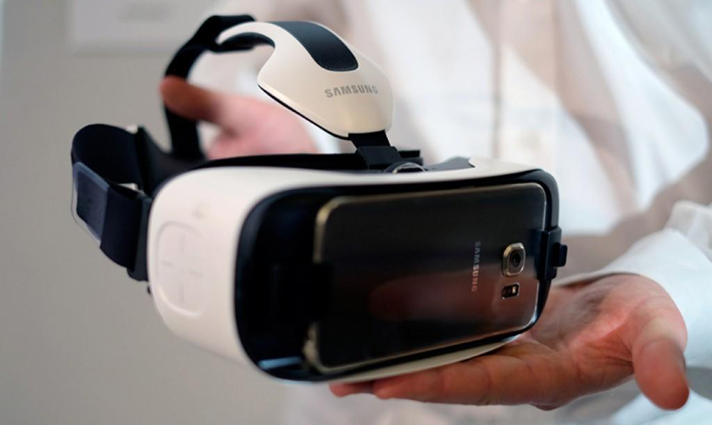 """Samsung """"Gear VR"""" für """"Galaxy S6 (Edge)"""" wird auf Händen präsentiert."""