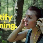 Spotify Running: Frau im Wald nutzt das Running-Feature von Spotify