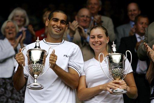 Andy Ram und Vera Zvonareva beim Wimbledon-Sieg 2006 mit Pokal