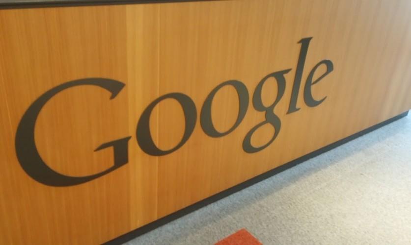 Google Logo auf Holz