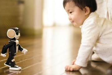 RoBoHon - Smartphone-Roboter läuft auf krabbelndes Baby zu