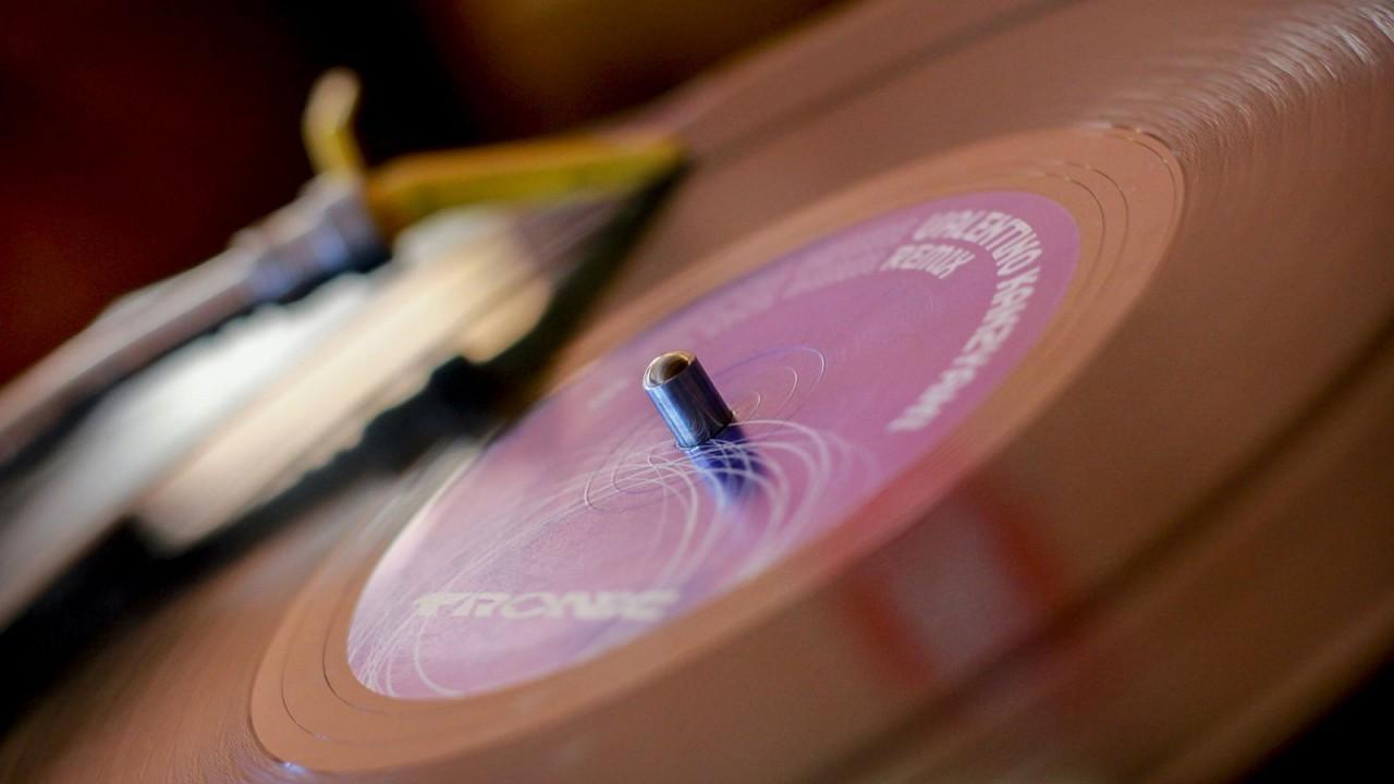 Vinyl-Schallplatte auf Plattenspieler