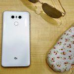 LG G6 von hinten, auf dem Tisch liegend
