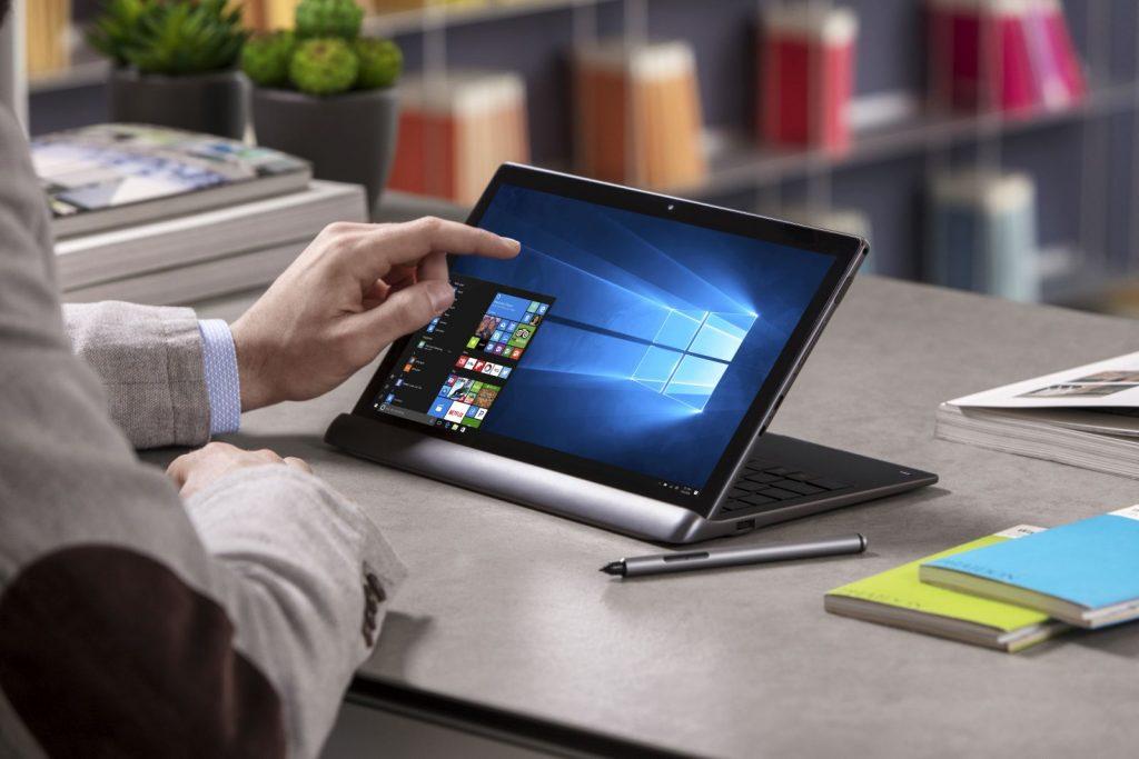 Alcatel Plus 12 auf dem Tisch mit Tastatur