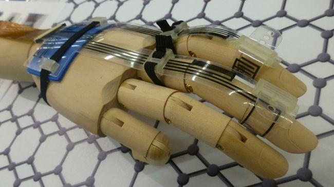 Graphen Handschuh für VR an einer Holzhand