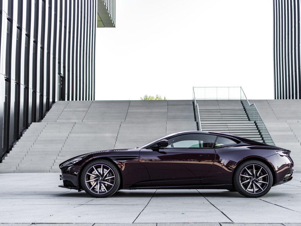 Seitenansicht Aston Martin Divine Red