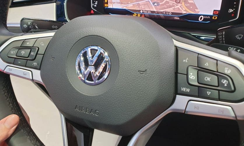 """Multifunktionslenkrad mit """"View""""-Taste zum Umschalten zwischen verschiedenen Ansichten des Bildschirms hinter dem Lenkrad - dem """"Digital Cockpit"""" (Quelle: Eigene Bilder)."""