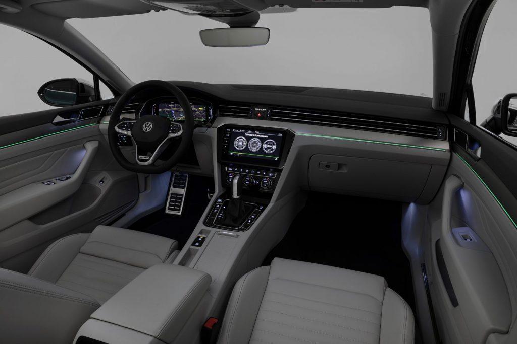 Ambientelicht mit 30 verschiedenen Farben im Interieur des gelifteten Passat B8 (Quelle: VW).