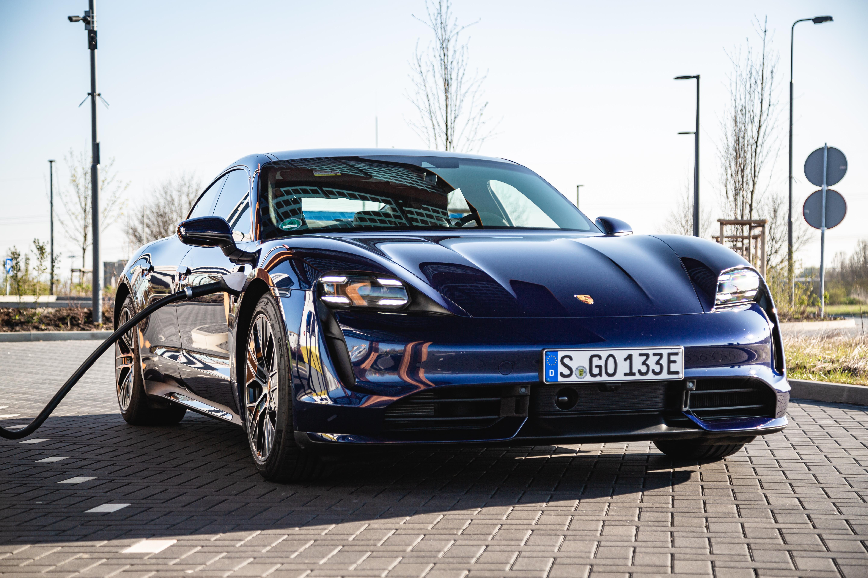 Porsche Taycan an Schnellladesäule