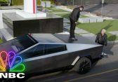 Nur Jay Leno und Elon Musk, die im Tesla Cybertruck durch den Boring Company Tunnel fahren